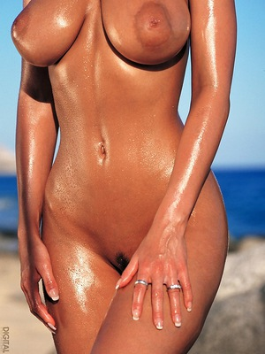 shows off her unbelievable natural body at the beach